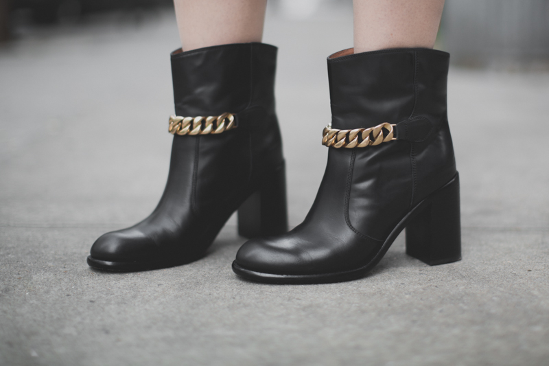 neoprene and other stories gold chains boots see by chloe - paulinefashionblog.com_-8