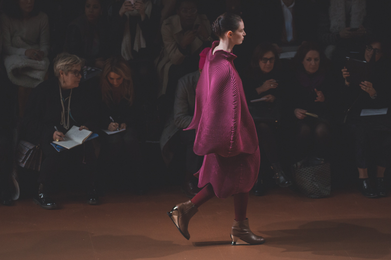 pfw issey miyake show paris fashion week ah14 copyright paulinefashionblog.com  11 PFW FW14 Diary : suite et fin... ENFIN !