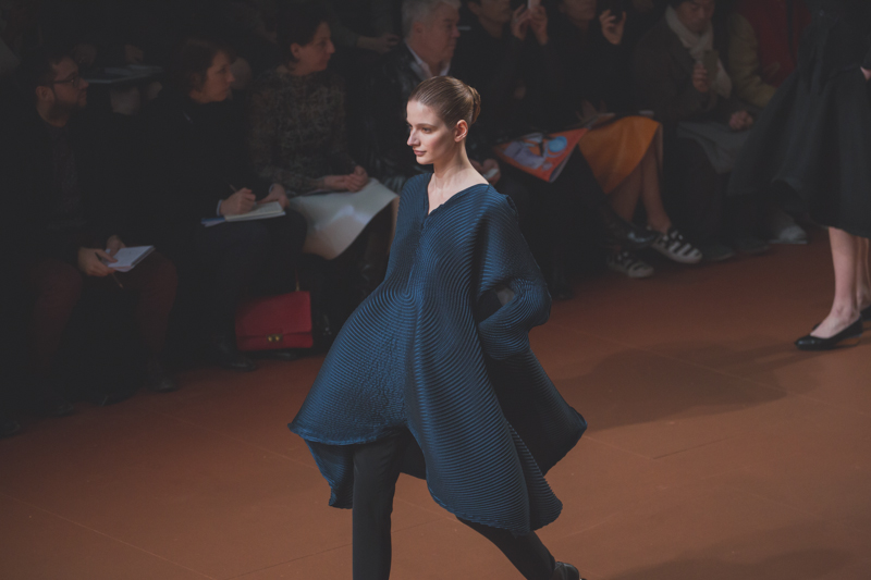 pfw issey miyake show paris fashion week ah14 copyright paulinefashionblog.com  13 PFW FW14 Diary : suite et fin... ENFIN !