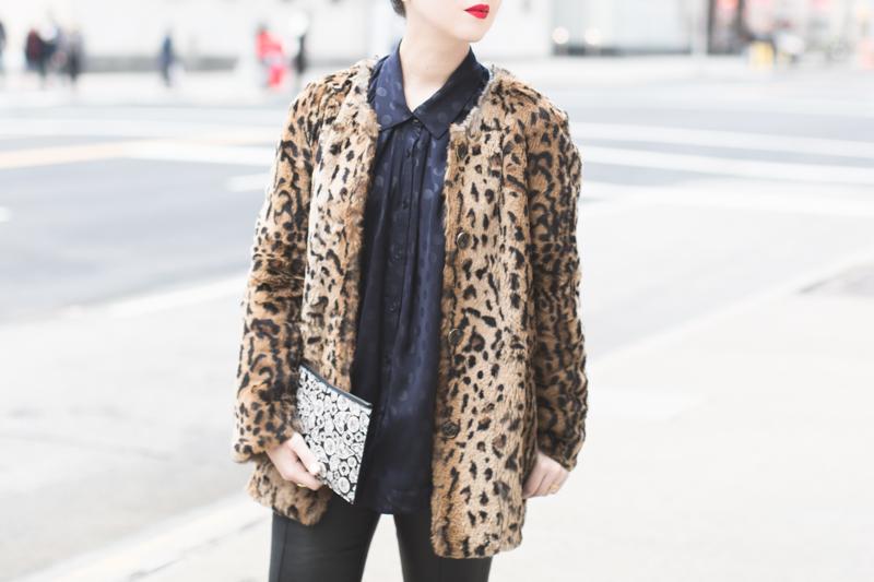 pochette kenzo moumoute leopard slim cuir chemise chats perches - copyright paulinefashionblog.com_-4
