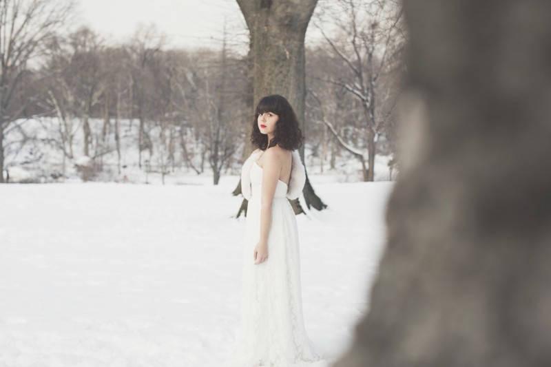 photo mariage central park neige winter wedding snow celine marks elise hameau copyright paulinefashionblog.com  17 800x533 Snow Bride
