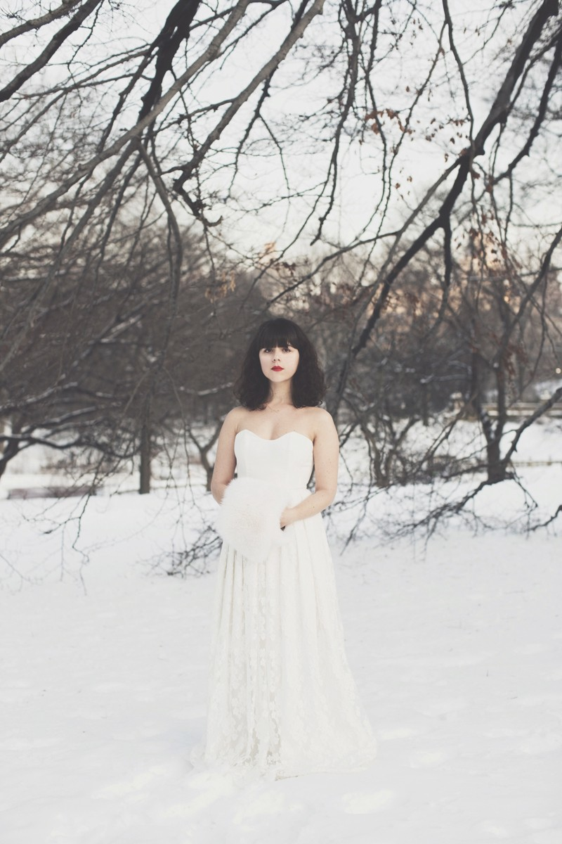 photo mariage central park neige winter wedding snow celine marks elise hameau copyright paulinefashionblog.com  20 800x1200 Snow Bride