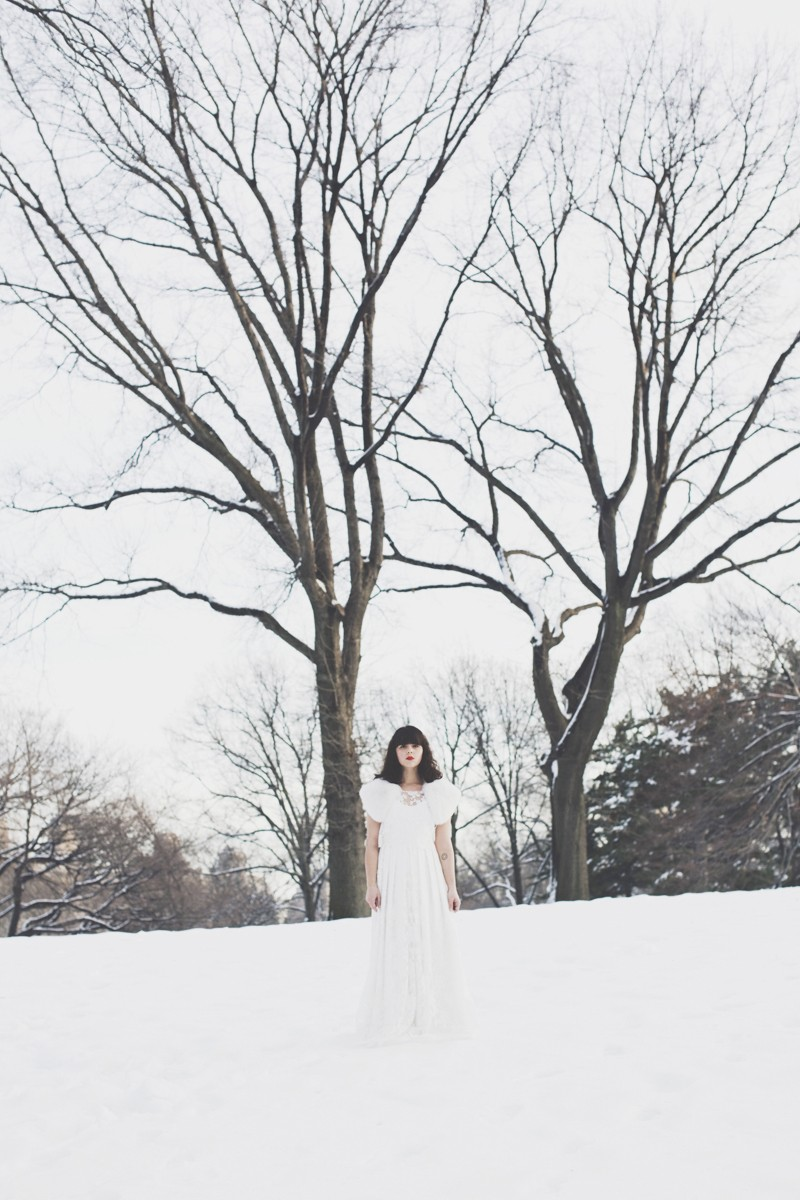 photo mariage central park neige winter wedding snow celine marks elise hameau copyright paulinefashionblog.com  3 800x1200 Snow Bride