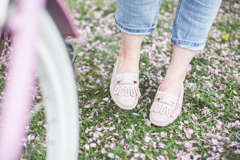tods gommino dotsoflife bleecker blues pink bike cherry blossom copyright paulinefashionblog.com  3 800x533 Dots of Life   La vie en rose