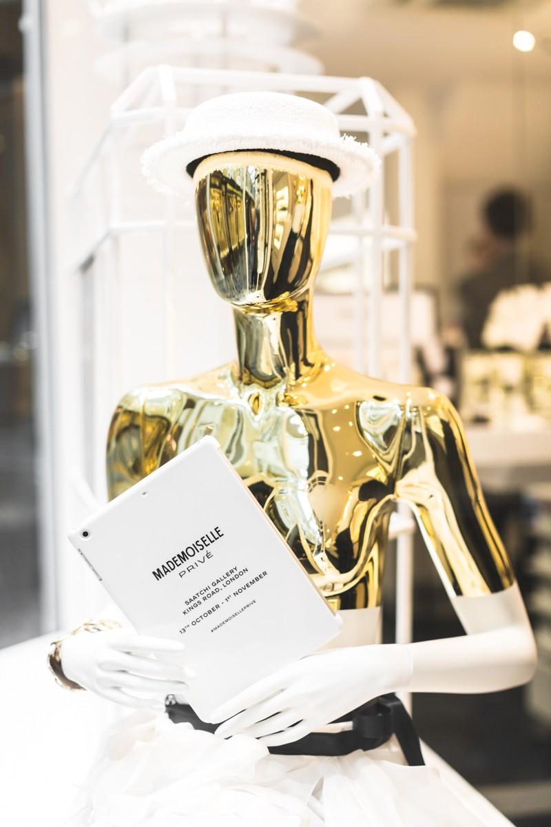 london with chanel mademoiselle prive exposition photo credit paulinefashionblog.com 4 800x1200 Mademoiselle Privé   Lexpo CHANEL à Londres