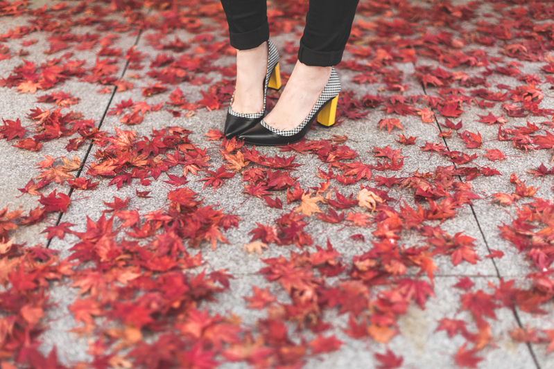 cape owen bash paris sarenza escarpins photo credit paulinefashionblog.com 3 black cape, yellow heels and red leaves
