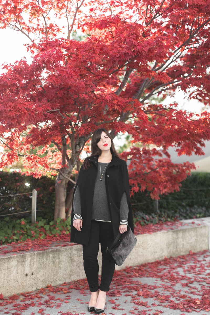 cape owen bash paris sarenza escarpins photo credit paulinefashionblog.com 6 800x1200 black cape, yellow heels and red leaves