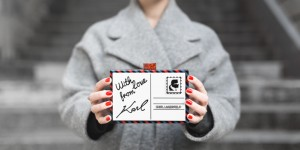 ikks manteau ligne rouge karl over the world postcard clutch - photo credit paulinefashionblog.com-8