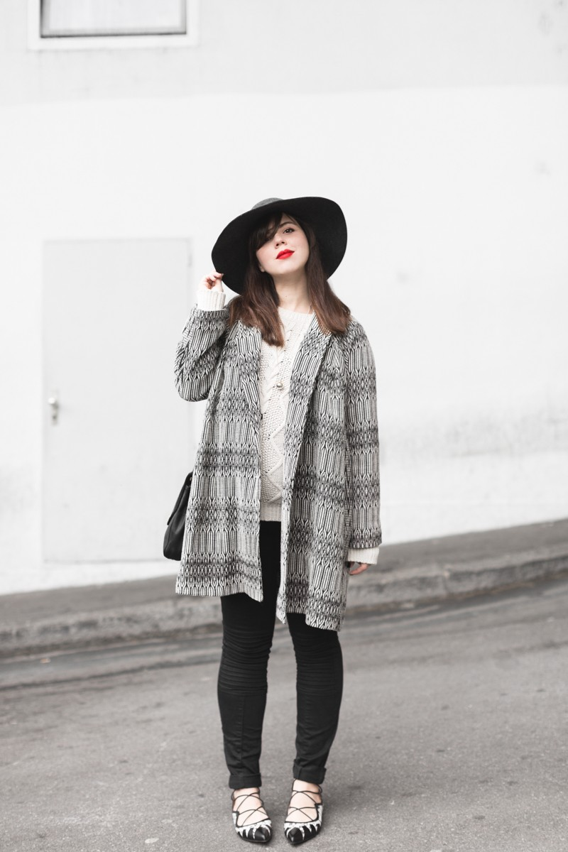 marcopolo hat manteau bash paris bionda castana flats sac sezane photo credit paulinefashionblog.com 1 800x1200 Black & White