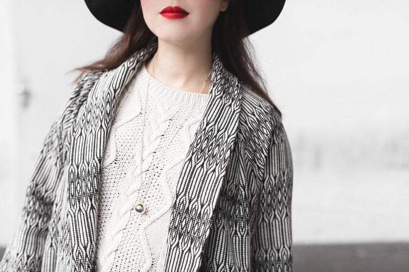 marcopolo hat manteau bash paris bionda castana flats sac sezane photo credit paulinefashionblog.com 9 800x533 Black & White