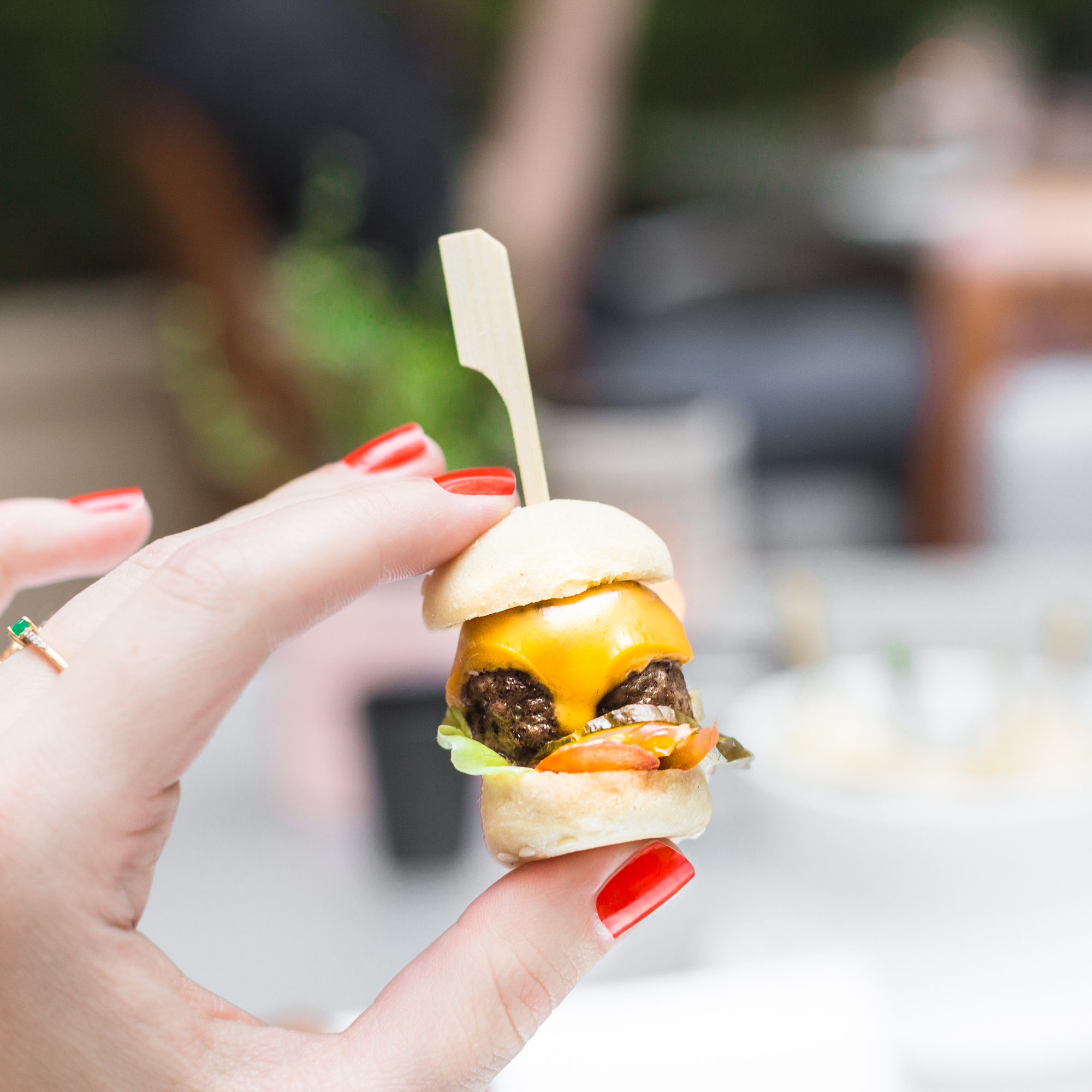 mini-cheeseburger-park-hyatt-tapas-paris-copyright-pauline-paulinefashionblog-com-1