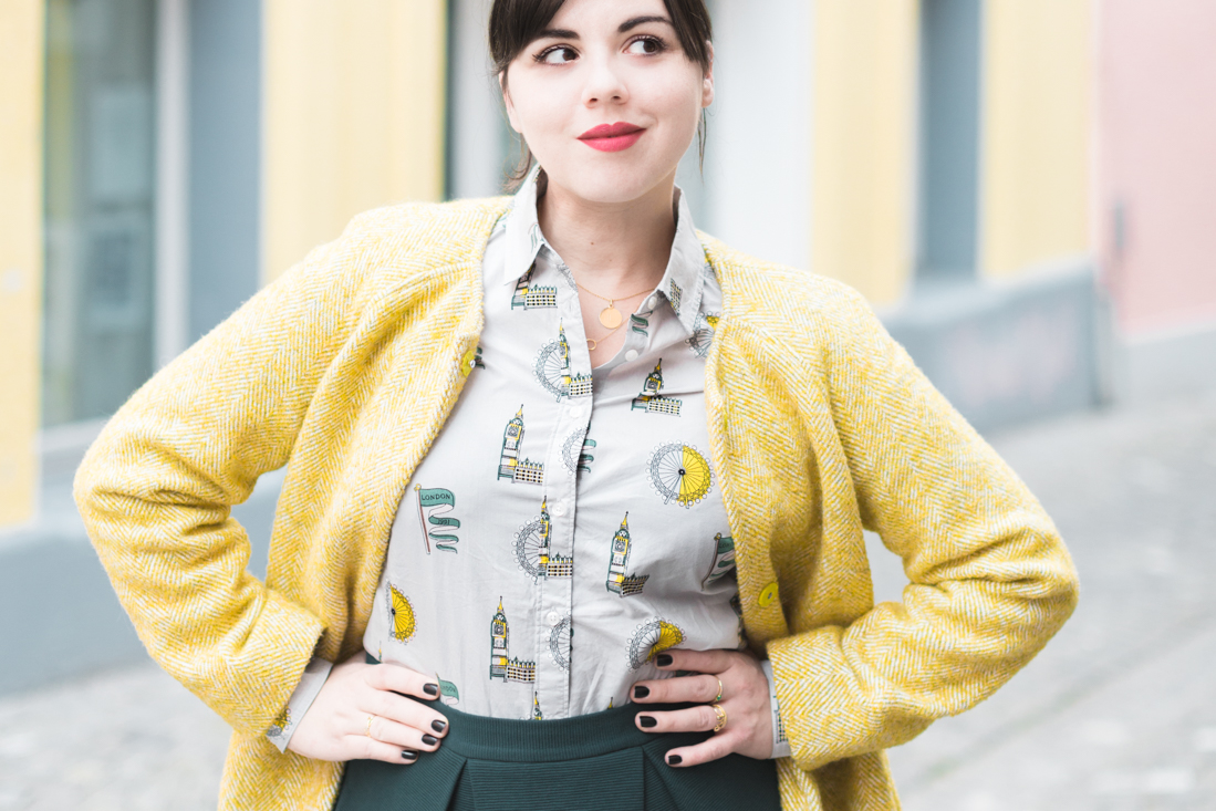 boden yellow coat london print shirt copyright Pauline paulinefashionblog.com 2 à langlaise