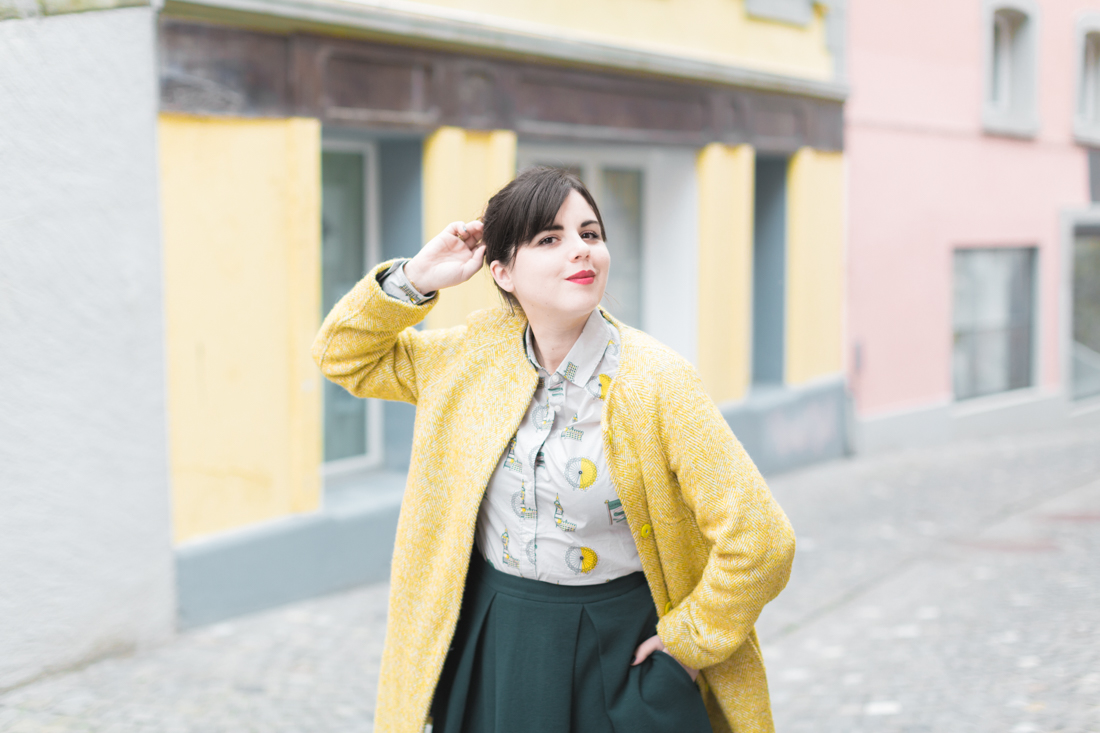 boden yellow coat london print shirt copyright Pauline paulinefashionblog.com 7 à langlaise
